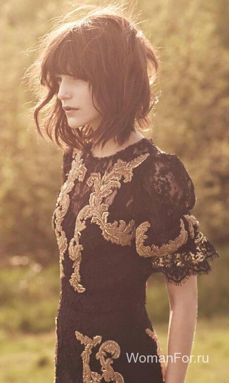 Девушка с темными волосами с челкой
