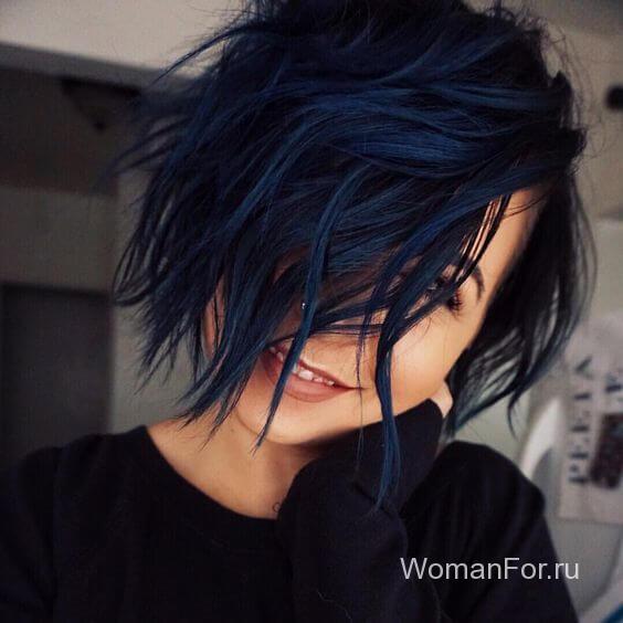 Синие волосы с длинной челкой